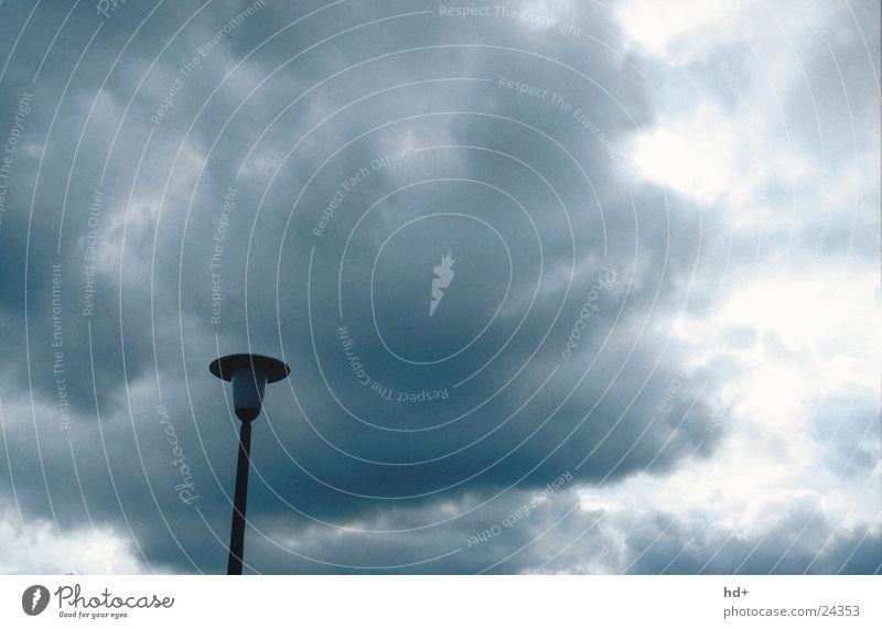 Laterne im Gewitter Wolken Straßenbeleuchtung bedrohlich dunkel Graffiti Wetterstimmung