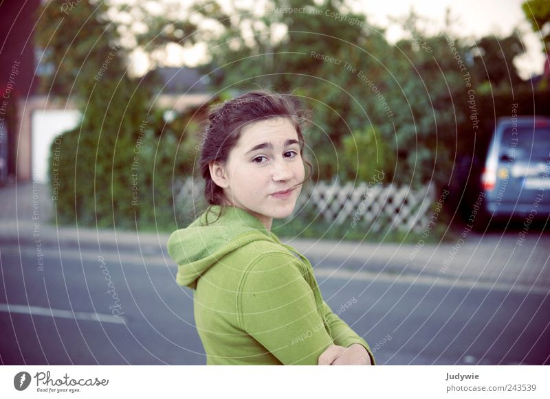 Kurz vor'm Wolkenbruch ruhig Mensch feminin Junge Frau Jugendliche Straße Pullover Kapuzenpullover brünett schön natürlich grün Lächeln Farbfoto Gedeckte Farben