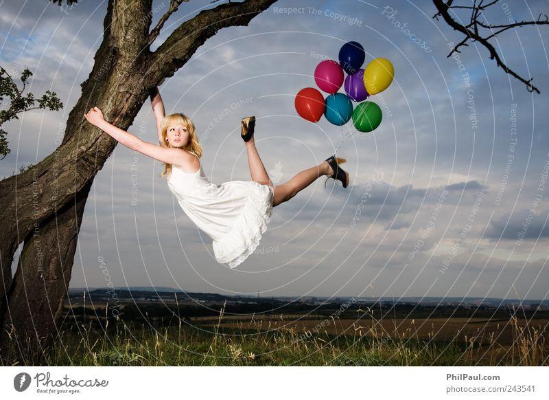 Lass mich hier! Mensch Jugendliche weiß Baum feminin Herbst Stil Erwachsene Luft blond Wind elegant fliegen Abenteuer natürlich Luftverkehr