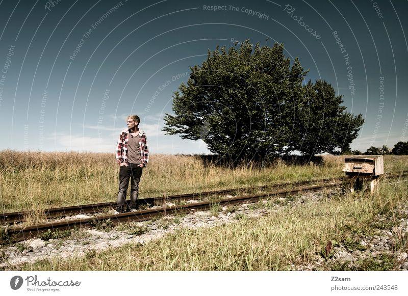 wie weit denn noch?! Lifestyle maskulin Junger Mann Jugendliche 1 Mensch 18-30 Jahre Erwachsene Natur Landschaft Baum Wiese Wege & Pfade Gleise Hemd Jeanshose