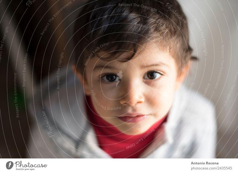 Babyporträt Mensch Junge 1 1-3 Jahre Kleinkind authentisch listig nah Freizeitbekleidung Blick in die Kamera Porträt Spanisch dunkles Haar