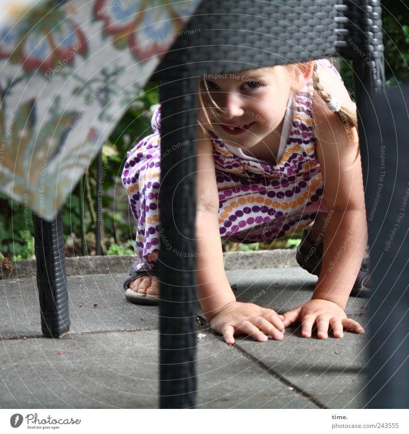 Undercover Freude Spielen Tisch Mensch Mädchen Auge Hand 1 1-3 Jahre Kleinkind blond beobachten hocken Tischbein aufstützen Farbfoto Gedeckte Farben