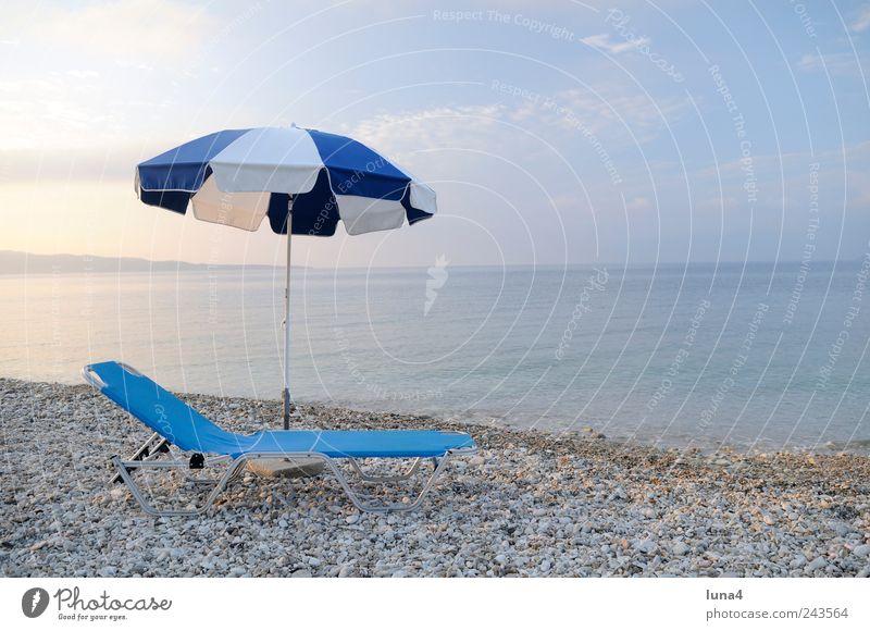 Liegeplatz ruhig Tourismus Sommer Sommerurlaub Strand Wasser Himmel Küste Meer Stein blau Einsamkeit Sonnenschirm Schirm Stuhl Mittelmeer Strandschirm sonnig