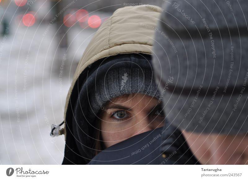 Ich sehe was,... Mensch schön Auge grau Angst Sicherheit beobachten Neugier Schutz geheimnisvoll Jacke Mütze frieren kuschlig langhaarig Geborgenheit