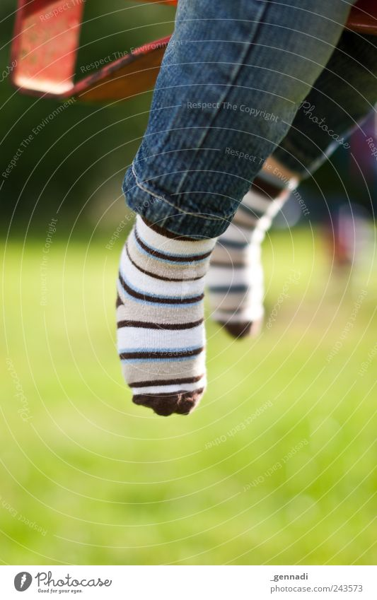 Nur fliegen ist schöner Beine Fuß 1 Mensch Jeanshose Stoff Strümpfe Spielplatz Freude Kindheit leicht Schweben Farbfoto Außenaufnahme Detailaufnahme Tag Licht