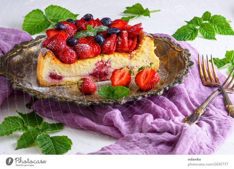 Käsekuchen aus Hüttenkäse und Erdbeeren Frucht Dessert Ernährung Teller Tisch Blatt frisch hell lecker grün rot weiß Farbe Kuchen Beeren Lebensmittel