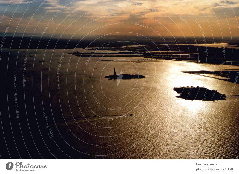 Statue of Liberty Sonnenuntergang Nordamerika Wasser Himmel Manhattan Atlantik Abenddämmerung Ferne Horizont Luftaufnahme Wasserspiegelung Silhouette