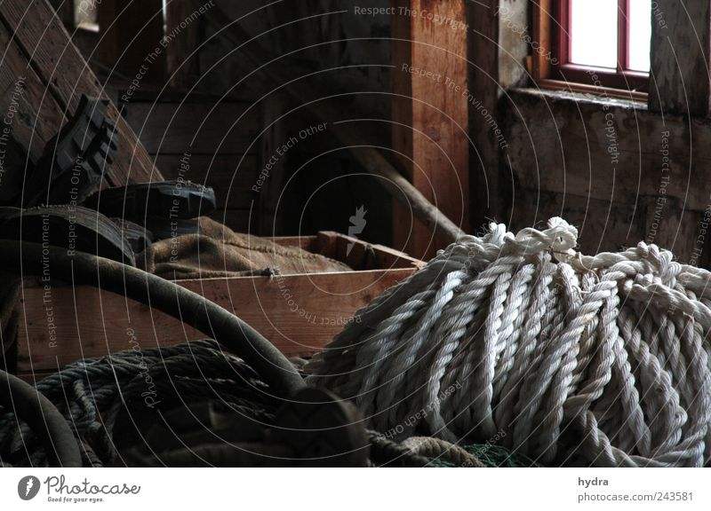 Seefahrers Dachbodengerümpel Tau Seil Seilrolle Anker Fischereiwirtschaft Fischereibedarf Schifffahrt Kasten Holz alt historisch braun weiß ruhig Ehrlichkeit