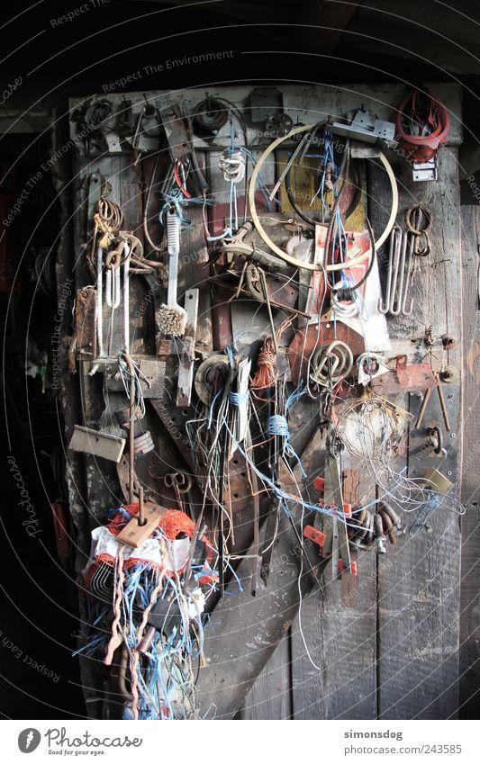 un/ordnung alt Arbeit & Erwerbstätigkeit Tür dreckig Ordnung Seil Metallwaren viele Tor Hütte hängen Werkzeug Material Draht bauen anstrengen