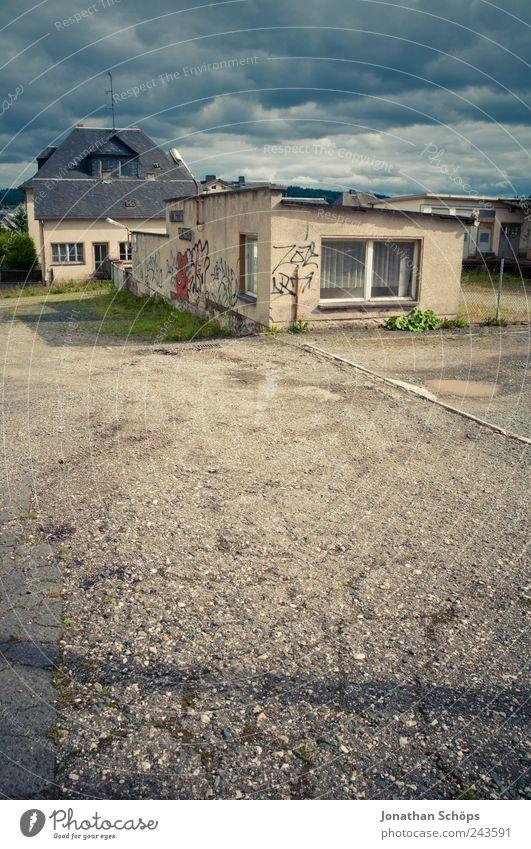 Pförtnerhäuschen Himmel blau Einsamkeit Haus Straße Fenster Graffiti Architektur Gebäude braun Deutschland Arbeit & Erwerbstätigkeit Perspektive Industrie Häusliches Leben Asphalt