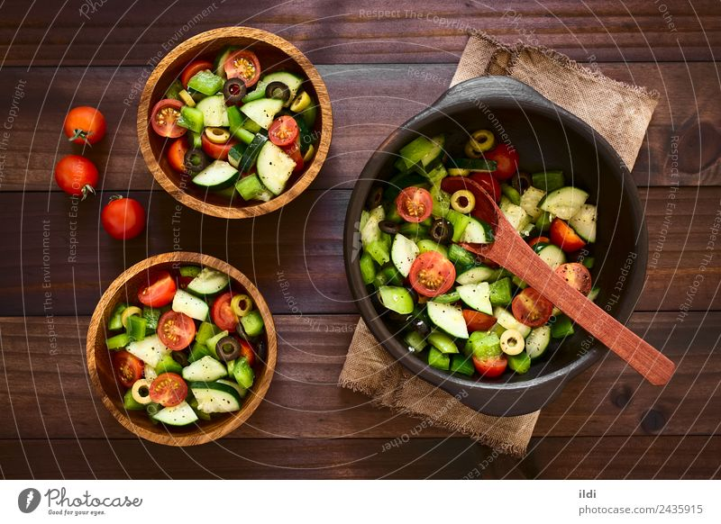 Frischer Salat Gemüse Salatbeilage Frucht Kräuter & Gewürze Vegetarische Ernährung frisch Lebensmittel roh Salatgurke Tomate Paprika oliv Oregano Basilikum