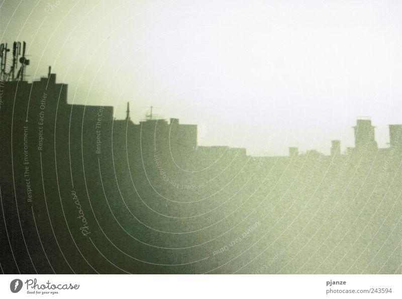 Analog grün weiß Stadt Haus schwarz dunkel Architektur braun dreckig Wohnung Fassade gruselig Schönes Wetter Stadtzentrum Schwarzweißfoto Karlsruhe