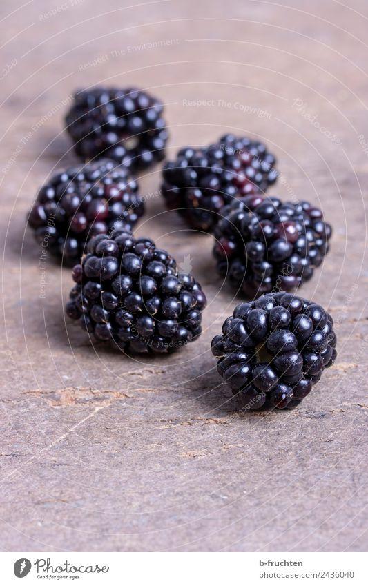 Brombeeren Lebensmittel Frucht Bioprodukte Küche Gesundheit genießen Holzplatte Vitamin Beeren Farbfoto Innenaufnahme Nahaufnahme Menschenleer