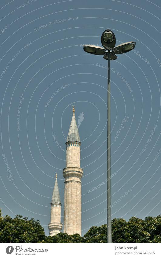 camouflage Himmel blau Baum Architektur grau Religion & Glaube Gebäude hoch Hoffnung Spitze Bauwerk dünn Laterne Straßenbeleuchtung