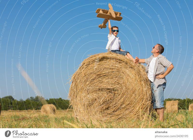 Vater und Sohn spielen im Park Lifestyle Freude Glück Freizeit & Hobby Spielen Ferien & Urlaub & Reisen Freiheit Sommer Sonne Sport Kind Pilot Mensch Junge Mann