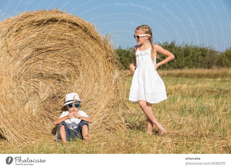 Glückliche Kinder beim Spielen auf dem Spielfeld Lifestyle Freude schön Gesicht Freizeit & Hobby Ferien & Urlaub & Reisen Freiheit Sommer Schule Mensch Junge