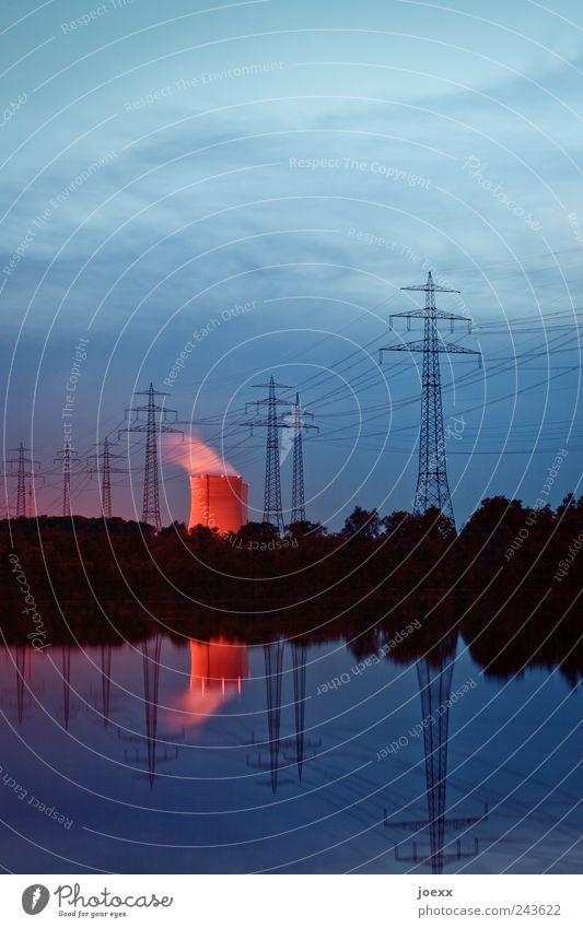 Leuchtturm Himmel Baum blau rot schwarz Wolken See Landschaft Angst bedrohlich Rauch Seeufer Strommast glühen Kernkraftwerk Kühlturm