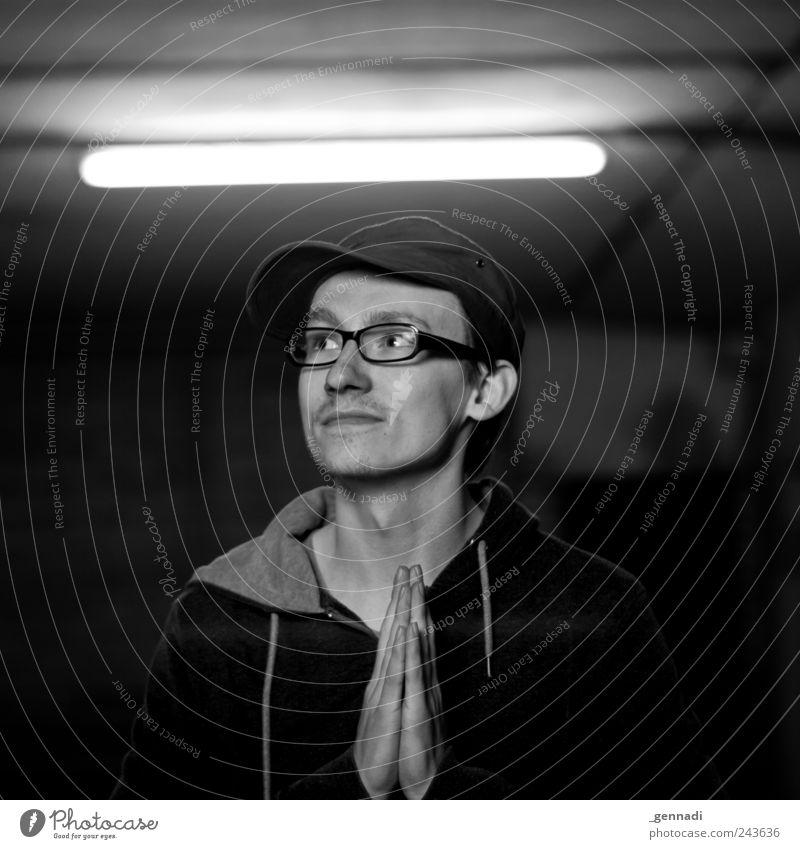 Scheinheilig Mensch Jugendliche Mann Hand Junger Mann 18-30 Jahre Gesicht Erwachsene maskulin leuchten verrückt Lächeln Brille erleuchten Gebet heilig