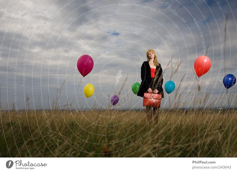 Nur wer die Sehnsucht kennt, weiß, was ich leide! Mensch Himmel Jugendliche rot Mädchen Strand Wolken Traurigkeit träumen Wind blond stehen retro Luftballon Junge Frau Unwetter