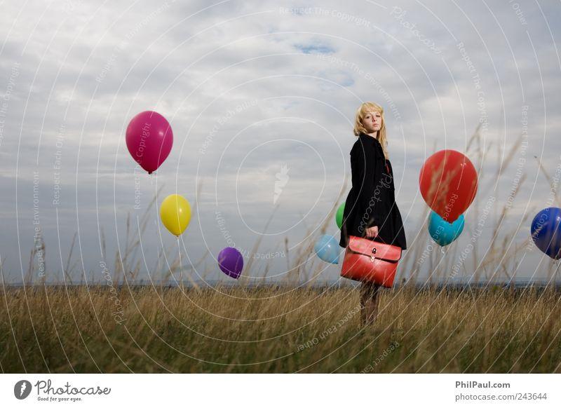 Nur wer die Sehnsucht kennt, weiß, was ich leide! Mensch Himmel Jugendliche rot Mädchen Strand Wolken Traurigkeit träumen Wind blond stehen retro Luftballon