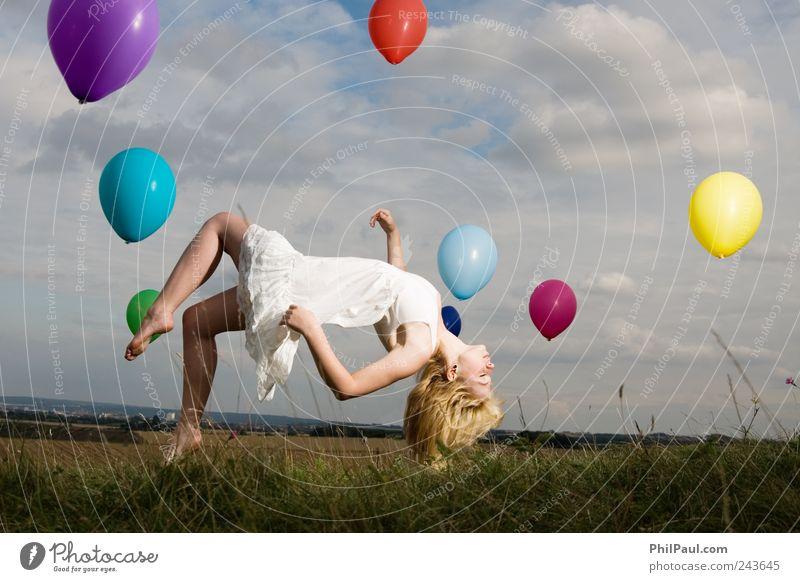 Nehmt mich mit! Mensch Jugendliche Himmel Strand Wolken feminin träumen Traurigkeit blond Wind fliegen Luftverkehr Luftballon stehen Veranstaltung Unwetter