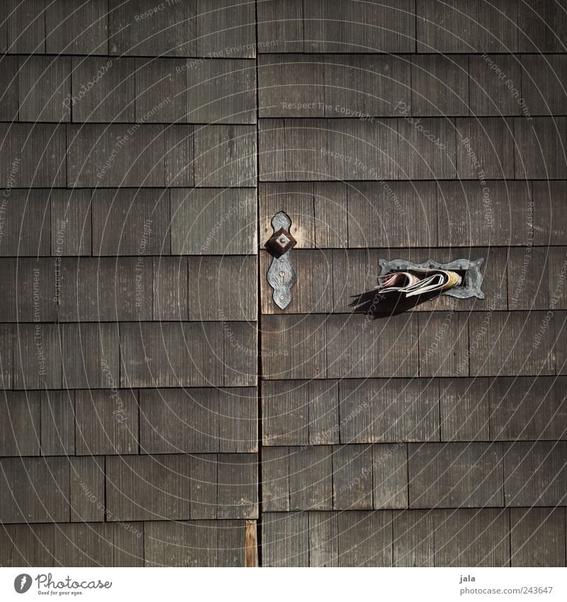 wochenblatt Tür Briefkasten Zeitung Holz einfach trist braun grau Griff Farbfoto Außenaufnahme Menschenleer Tag