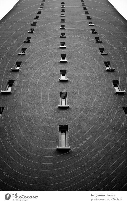hoch(hin)haus Stadt Hochhaus Architektur Mauer Wand Fassade Fenster eckig groß hässlich lang trist grau Schwarzweißfoto Außenaufnahme Menschenleer Tag Kontrast