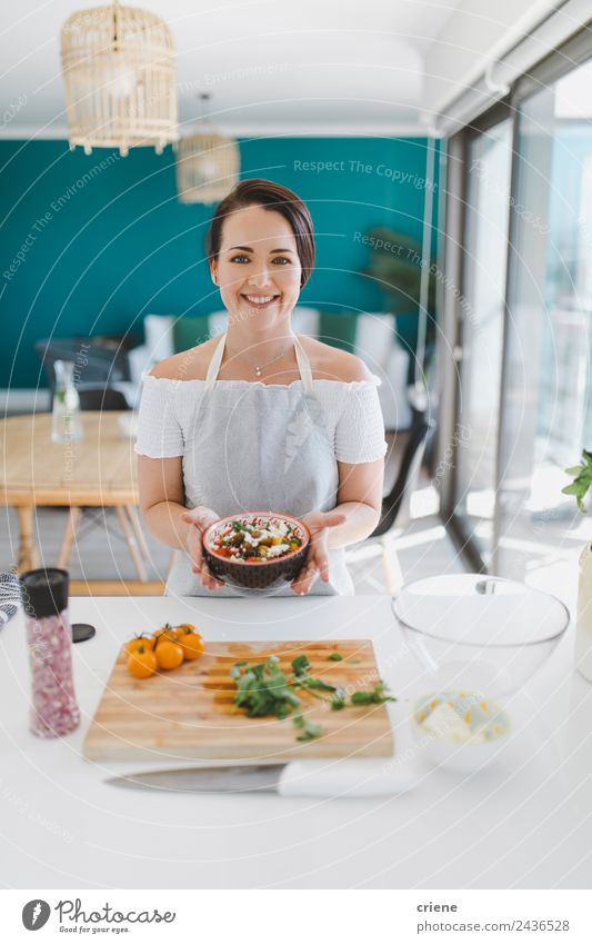 brünette kaukasische Frau bei der Zubereitung von gesundem Essen in der Küche Gemüse Schalen & Schüsseln Glück schön Mensch Erwachsene Holz Lächeln hell Stolz