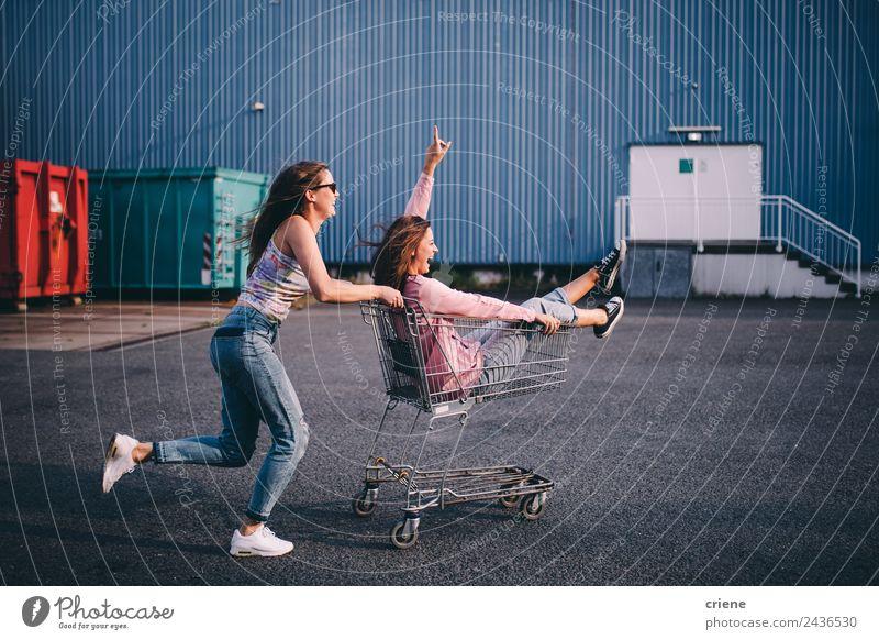 Junge erwachsene Hipsterfreunde, die Spaß mit dem Einkaufswagen haben. Lebensmittel Lifestyle Stil Freude Glück schön Sommer Mensch Frau Erwachsene Freundschaft