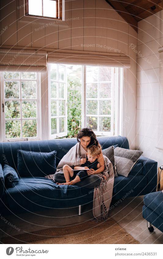 kaukasische Mutter und Sohn beim Entspannen mit Tablette auf der Couch Lifestyle Stil Freude Glück Haus Sofa Kind Technik & Technologie Kleinkind Frau