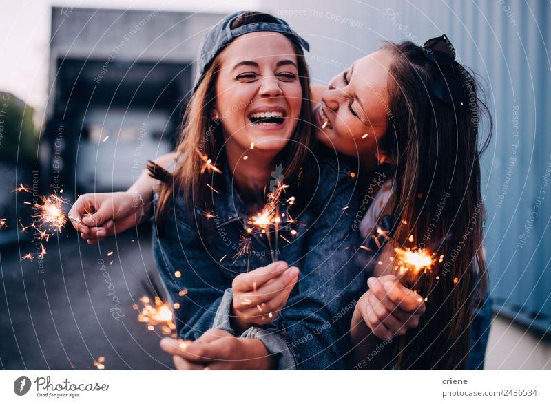 beste Freunde, die die Zeit zusammen mit den Wunderkerzen genießen. Lifestyle Freude Glück schön Sommer Feste & Feiern Frau Erwachsene Freundschaft Hand