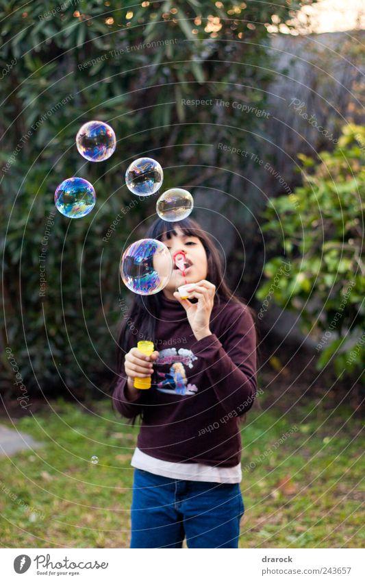 Kleiner Helfer Kind Mädchen Kindheit Jugendliche 1 Mensch 3-8 Jahre Garten fliegen Drarock Luftblase blasen Farbfoto Außenaufnahme Dämmerung