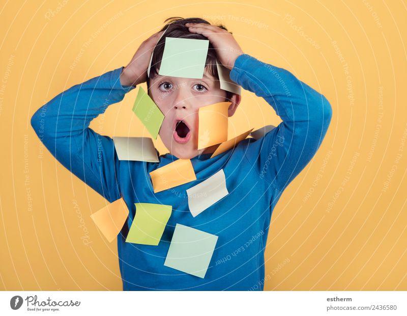 Kind Mensch Lifestyle lustig Gefühle Junge maskulin Kindheit Erfolg lernen Papier Neugier Bildung 8-13 Jahre Student Überraschung