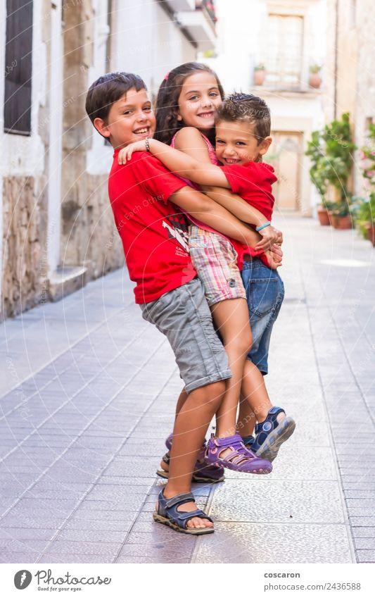Drei Freunde spielen im Sommer auf der Straße. Freude Glück schön Spielen Kind Schule Junge Freundschaft Kindheit Hand Menschengruppe Natur Himmel Park