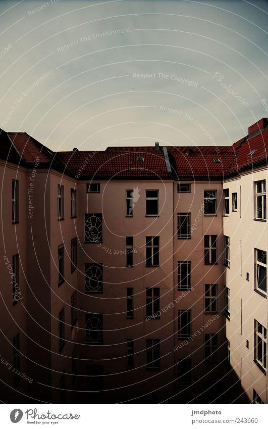 Innenhof Stadt ruhig Haus Berlin Fenster Gebäude Zufriedenheit Zusammensein Angst Wohnung Fassade Lifestyle Dach Häusliches Leben Bauwerk Nostalgie
