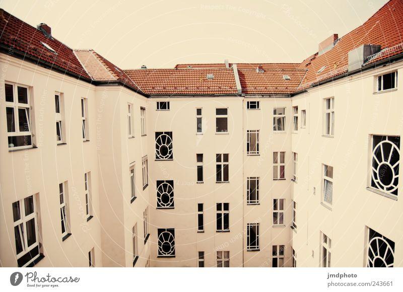 Hinterhaus elegant Stil Häusliches Leben Wohnung Haus Traumhaus Stadt Hochhaus Bauwerk Gebäude Mauer Wand Fassade Fenster Dach Dachrinne alt eckig Zufriedenheit