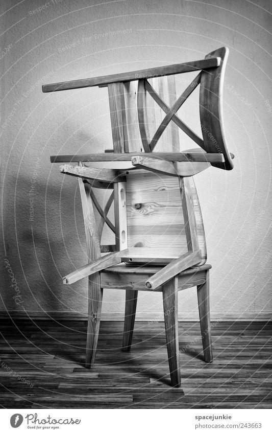 Turm Küche Feierabend eckig schwarz weiß Stuhl stapeln Schwarzweißfoto Wand Laminat Ordnung Innenaufnahme Textfreiraum oben Textfreiraum unten