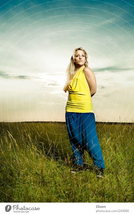 stolz Mensch Himmel Natur Jugendliche schön Sonne Erwachsene Erholung Umwelt Wiese Landschaft feminin Stil Mode Zufriedenheit blond