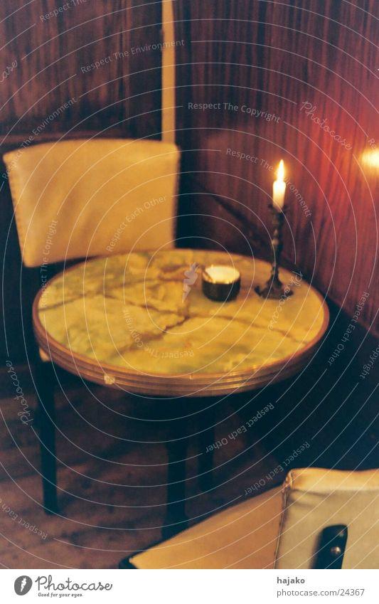 Das kleine Café Tisch Kerzenschein Aschenbecher Langzeitbelichtung Ernährung Stuhl Abend