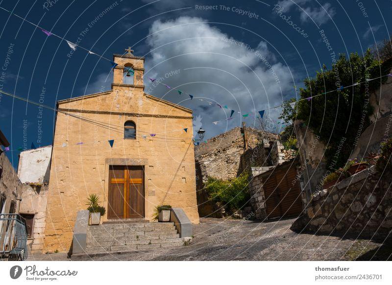 Kirche, Himmel, pittoreskes Dorf, Fähnchen Ferien & Urlaub & Reisen Tourismus Ausflug Feste & Feiern Sommer Schönes Wetter Baum Sedini Sardinien Italien
