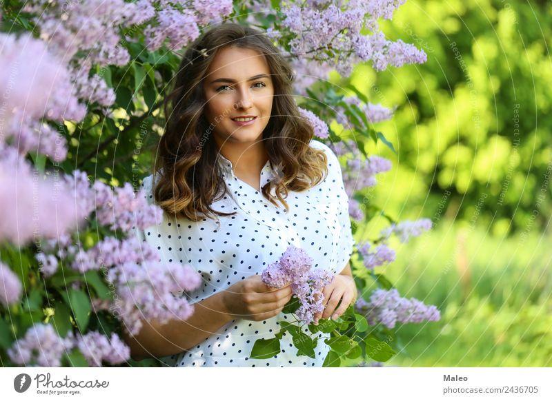 Unter den blühenden Fliedern Blühend Fliederbusch Porträt Jugendliche Junge Frau Mädchen attraktiv Blume Blüte Dame Garten Gesicht grün Haare & Frisuren