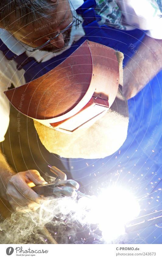 Schweißen kann zu Schweiß führen Arbeit & Erwerbstätigkeit Beruf Handwerker Baustelle Mensch maskulin Mann Erwachsene 1 30-45 Jahre 45-60 Jahre Metall blau