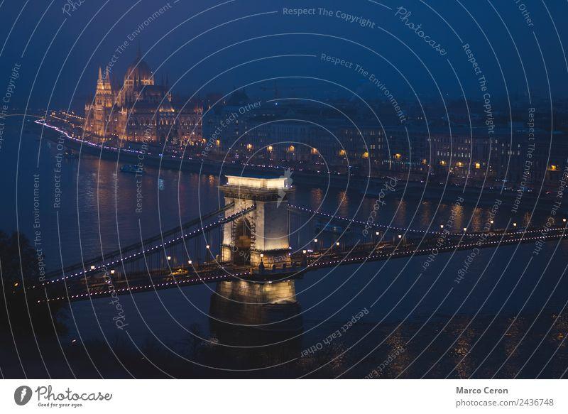 Nachtmalerei der Donau, die durch Budapest fließt. Freude Freizeit & Hobby Ferien & Urlaub & Reisen Tourismus Fluss Stadt Skyline Brücke Gebäude Architektur