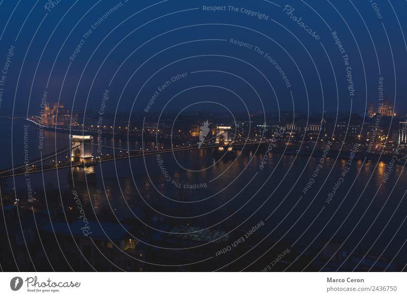 Die Donau fließt nachts durch Budapest. Ferien & Urlaub & Reisen Tourismus Landschaft Fluss Stadt Skyline Kirche Dom Brücke Gebäude Architektur Sehenswürdigkeit