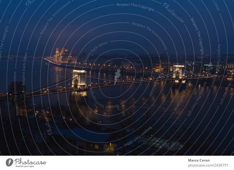 Ferien & Urlaub & Reisen blau Stadt Architektur Gebäude Tourismus Europa Brücke historisch Fluss Sehenswürdigkeit Skyline erleuchten Denkmal Ungarn Budapest