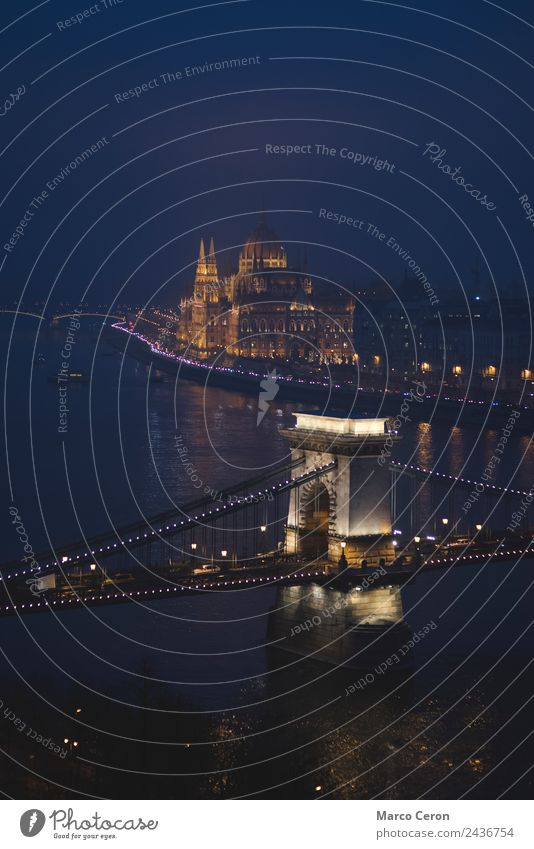 Nachtsicht auf die Donau, die durch Budapest fließt. Ferien & Urlaub & Reisen Tourismus Fluss Stadt Skyline Brücke Gebäude Architektur Sehenswürdigkeit Denkmal