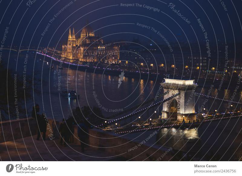 Tourist bei Nacht in der Donau in Budapest Ferien & Urlaub & Reisen Tourismus Architektur Landschaft Fluss Stadt Hauptstadt Skyline Brücke Gebäude
