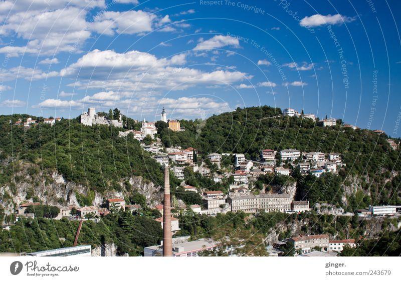 Unterwegs in Kroatien I Stadt Hafenstadt Haus Industrieanlage Kirche Gebäude authentisch Freundlichkeit Himmel Wolken Wolkenhimmel Schönes Wetter Sommerurlaub