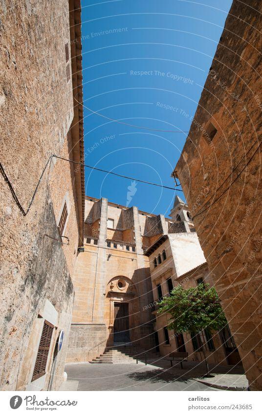 Schmale Gasse Wolkenloser Himmel Sommer Schönes Wetter Stadtzentrum Kirche Balkon Sehenswürdigkeit alt Sandstein Naturstein blau braun Bogen
