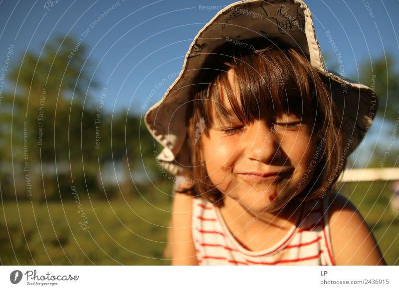 Kleines Mädchen mit geschlossenen Augen Freizeit & Hobby Spielen Kinderspiel Kindererziehung Bildung Mensch Eltern Erwachsene Geschwister